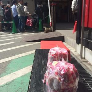 信玄餅を詰めた袋と詰め放題を待つ人たち
